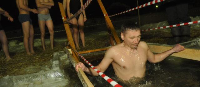 В Кудымкаре на Крещение окунулись около 50 человек