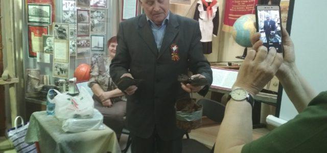Поисковики передали горожанину медальон его отца, погибшего во время Великой Отечественной войны
