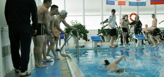 В эстафете по плаванию победили команды Педколледж-2 и Экстрим