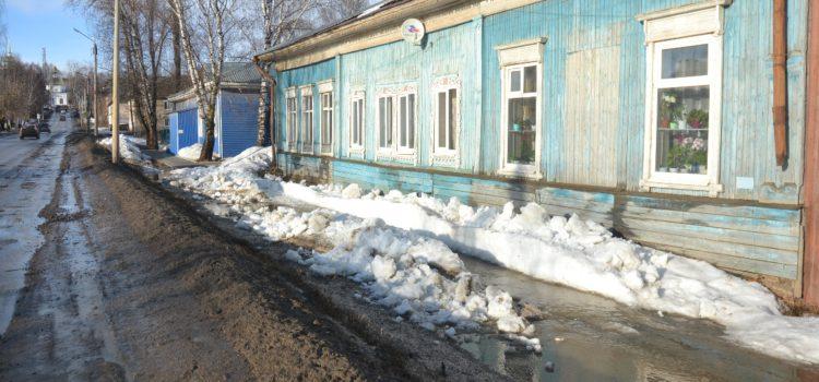 На улице Ленина в Кудымкаре топит дом