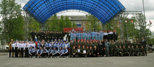 На смотре строя и песни победили команды Политеха и школы №1