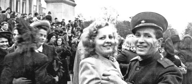 15 снимков, как люди в разных странах мира праздновали победу в 1945 году