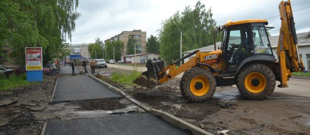 В Кудымкаре наконец ремонтируют тротуары на улице Плеханова. Но горожане не в восторге