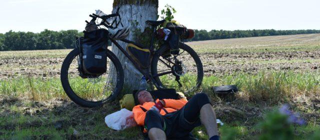 До Черного моря велосипедисту Олегу Тупицыну осталось ехать один день