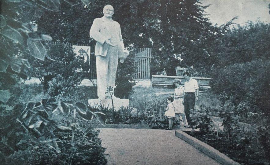 В парке имени Кривощекова в 80-ые годы стоял памятник Ленину. Фото: Окружной архив